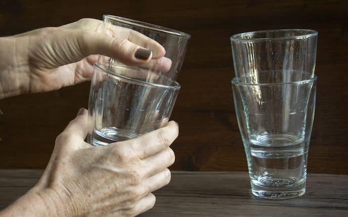 Lassen sich zwei Gläser nicht trennen, hilft dieser Trick (BIld: Servus)