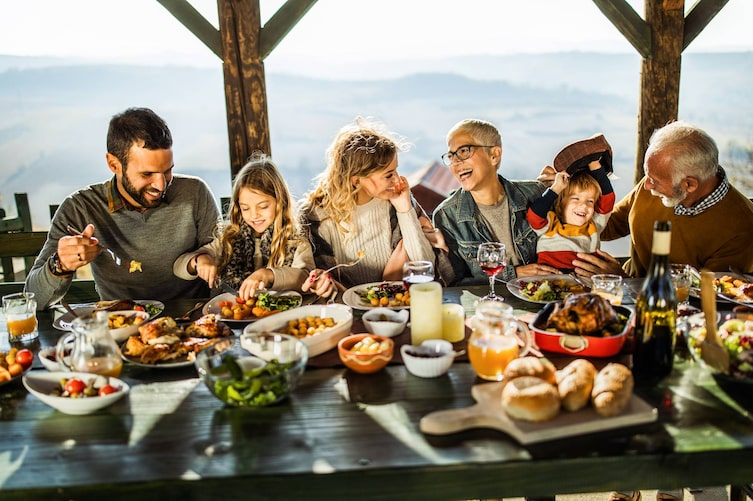 Familie bei Festessen (Bild: Getty Images)