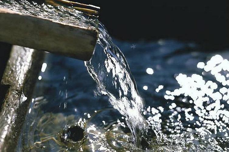 Wasser fließt in einen Bottich aus Holz (Bild: Mauritius Images)