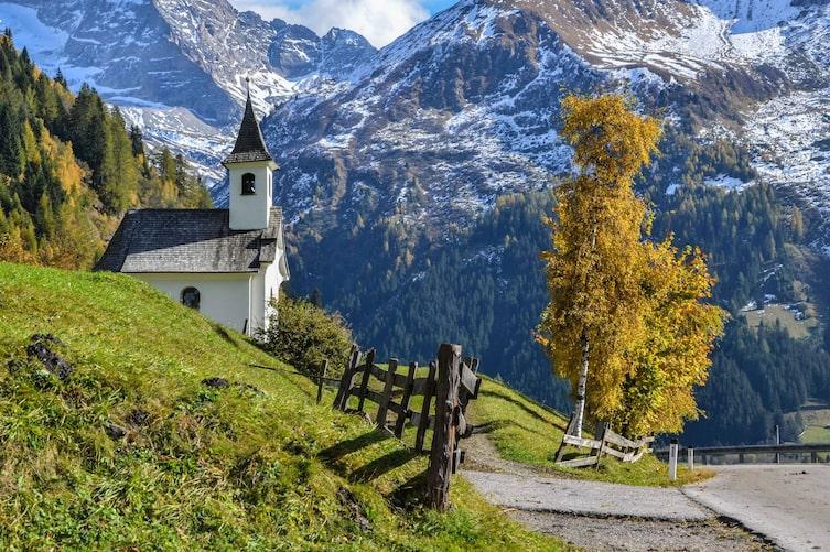 Panoramablick auf eine Kapelle am Wegesrand und die Tiroler Alpen. (Bild: Tourismusverband Wipptal)