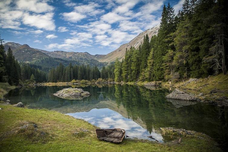Wer sich ans Ufer des Obernberger Sees setzt, der hat die Welt und den Stress im Nu vergessen. (Foto: Bernhard Huber)