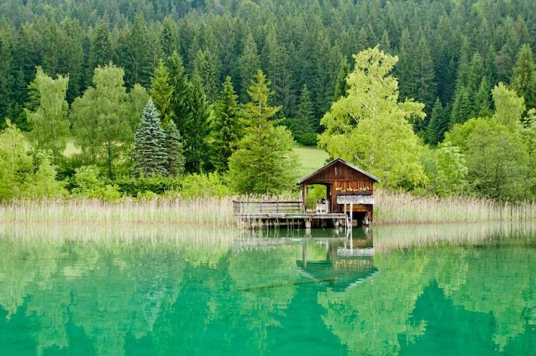 Bootshaus im türkisen Weissensee (Bild: Marco Rossi)