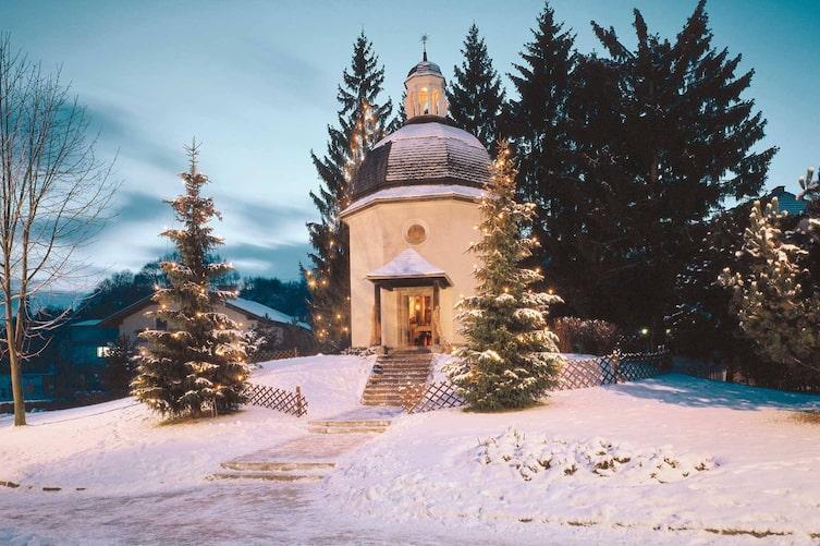 Heute erinnert in Oberndorf bei Salzburg die an der Stelle der alten St.-Nikolaus-Kirche gebaute Stille-Nacht- Kapelle an die Schöpfer des bekanntesten Weihnachtsliedes der Welt.(Foto: Mauritius Images)