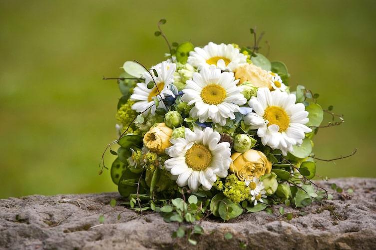 Brautstrauß mit Margeriten und gelben Rosen (Bild: Mauritius Images)