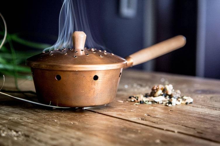 Rauchende Räucherpfanne aus Kupfer