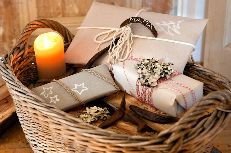 Weihnachtlich verpackte Geschenke (Bild: Katharina Gossow)