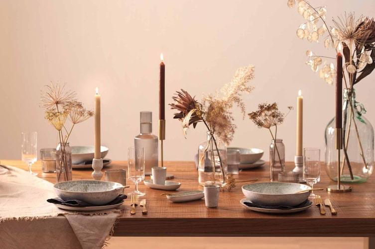 Trockenblumen, goldenes Besteck und feinen Porzellan, Tischdeko, Tisch