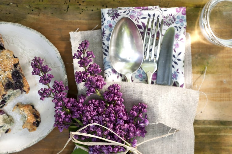 Tischdeko mit Flieder (Bild: Katharina Gossow)