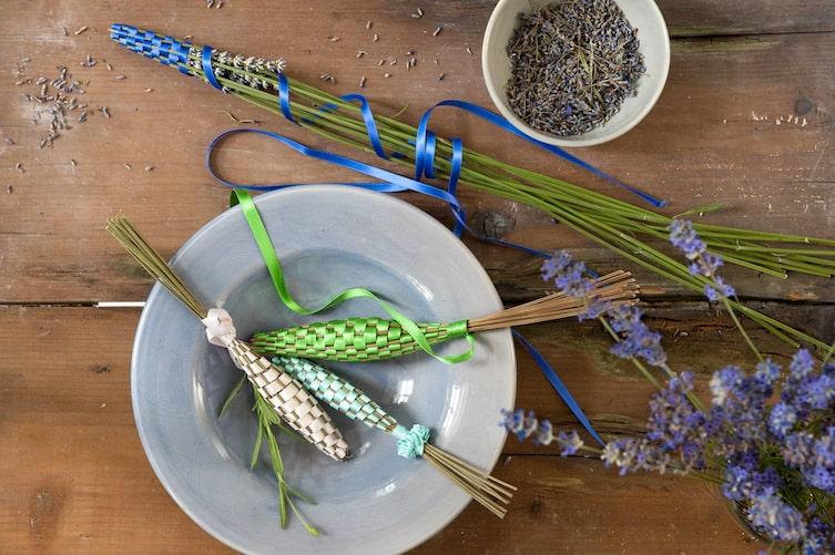 Dekorative Duftstäbchen mit Lavendel (Bild: Katharina Gossow)