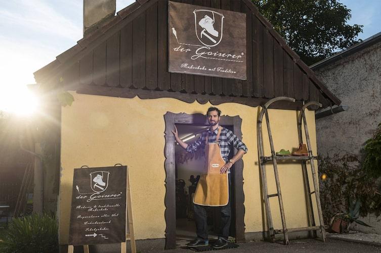 Philipp Schwarz vor seiner Werkstatt in Bad Goisern. Die Tradition der Goiserer liegt ihm sehr am Herzen. Foto: Markus Christ