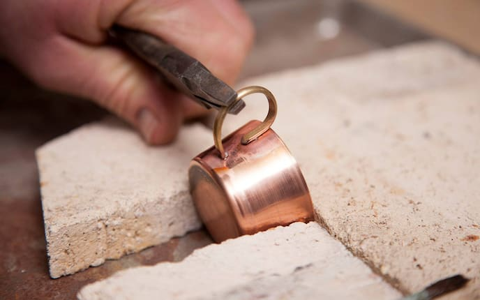Metalldrücker Rudolf Effenberger bei der Arbeit (Bild: Stefan Pfeiffer)