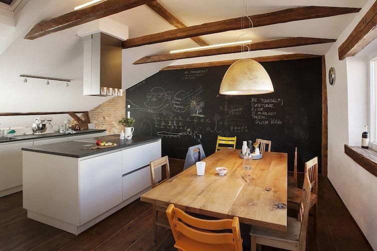 Hausbesuch im Mühlviertel, Küche, Wandtafel, Holztisch
