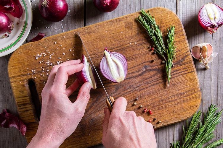 Hausmittel gegen Zwiebel-Geruch an den Händen: Zitronensaft. (Bild: Thinkstock)
