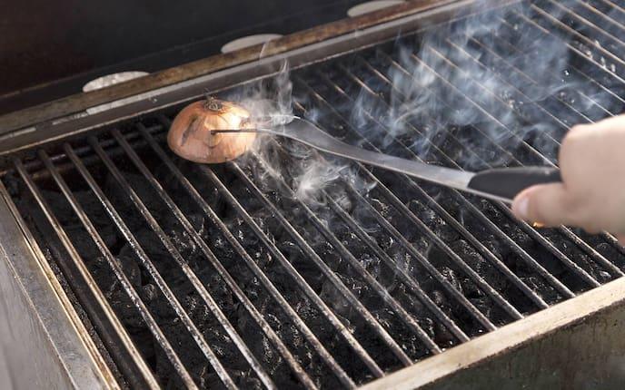 Grillrost reinigen (Bild: Thinkstock)