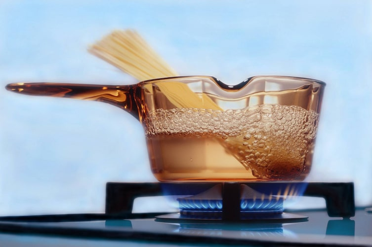 Kochendes Wasser mit Nudeln (Bild: Mauritius Images)