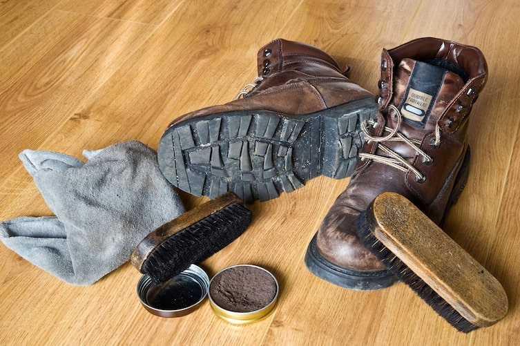 So putzt man Schuhe (Bild: Mauritius Images)