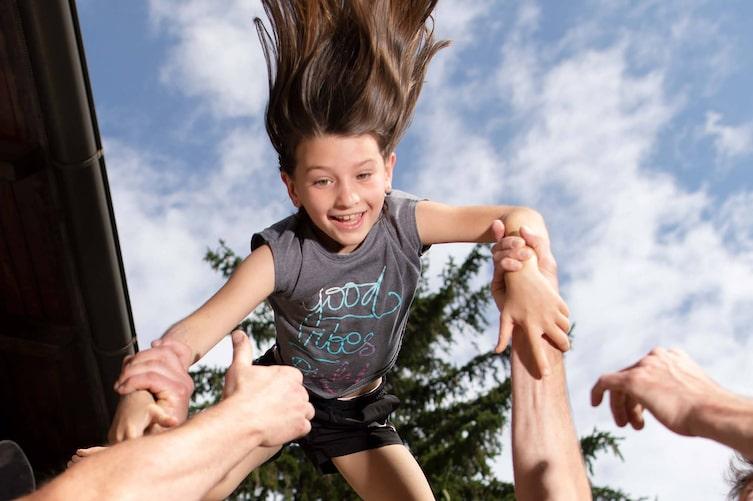 Akrobatik-Übung, Zirkustrick, Turnübung, Servus Kinder