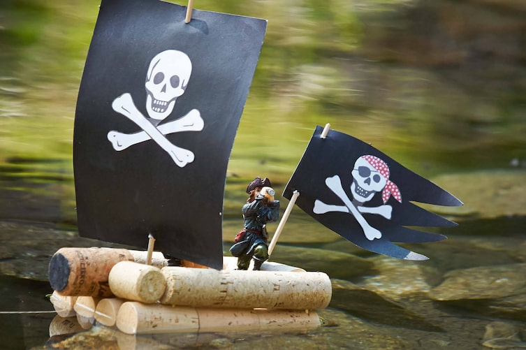 Korkboot, Boot basteln, basteln, Piratenboot, selber machen, Servus Kinder