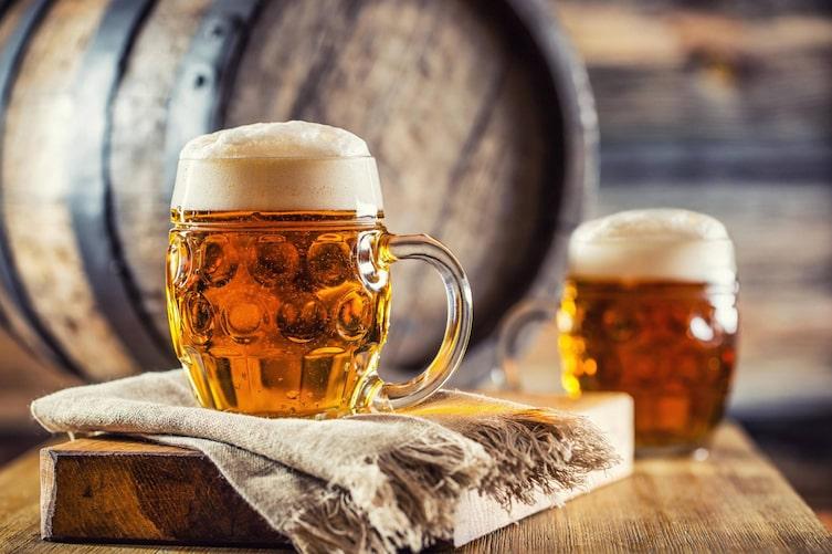 So zapft man Bier richtig (Foto: Mauritius Images)