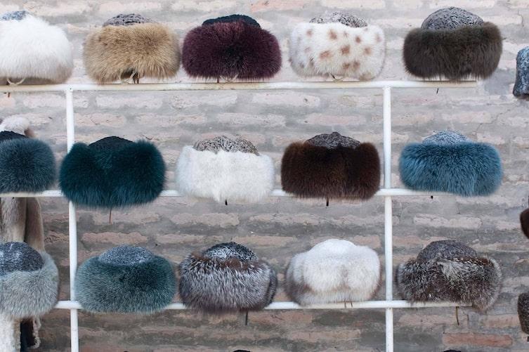 Können Sie sich noch an die beliebten Pelzmützen aus den 70er Jahren erinnern? (Foto: Mauritius Images)