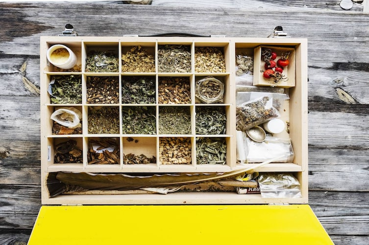 Zwanzig Räucherkräuter ein einer Holzkiste