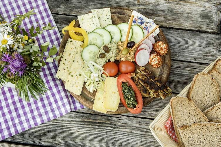 Jause, Brotzeit, Gemüse, Brot, Holzbrett, Blumen