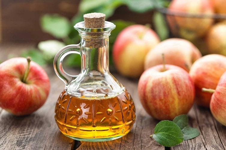 Glasfläschchen mit Apfelessig (Bild: Getty Images)