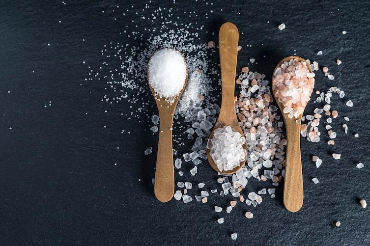 Salzen mit Sole (Bild: Getty Images)