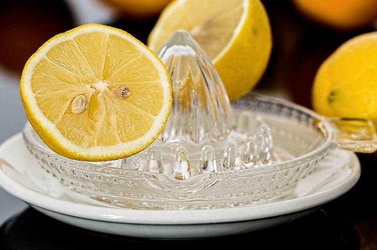 Der Saft von Zitronen kann Kopfweh vertreiben. (Bild: Pixabay)