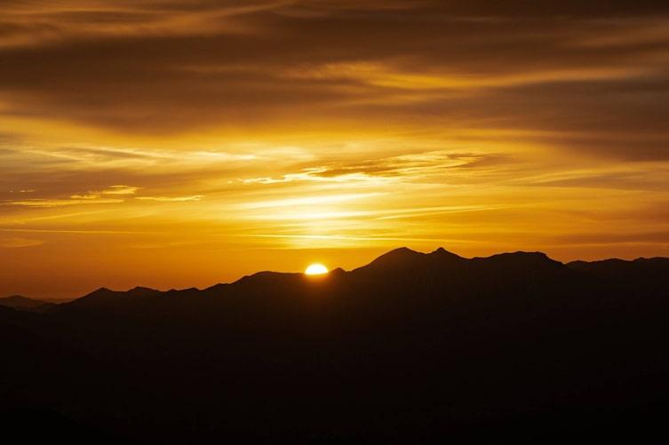 Sonnenuntergang hinter einer Bergkette. (Bild: Thomas Galler / Unsplash)