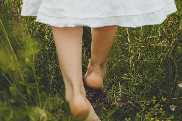 barfuss, Wiese, geschwollene Füße, Naturapotheke