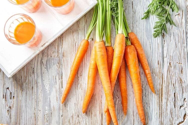 Ein Bund Karotten und Karottensaft (Bild: Mauritius)