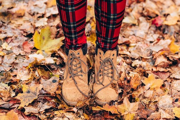 Wanderschuhe im Laub. (Bild: Pixabay)