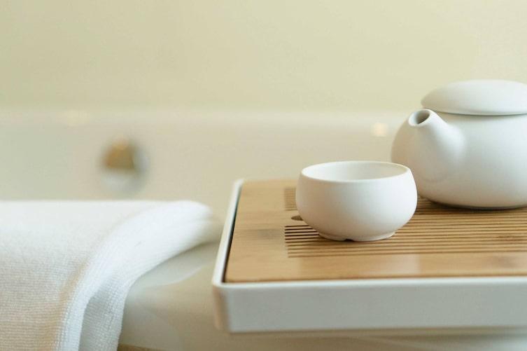Teekanne und Teetasse am Badewannenrand (Bild: iStock)