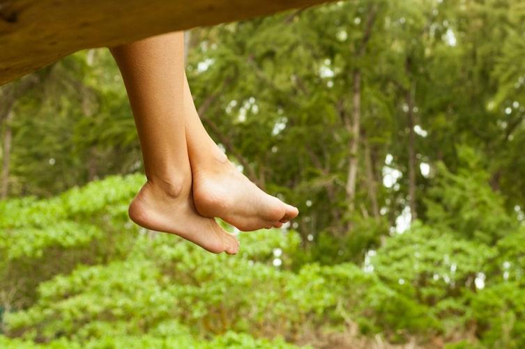Barfuß im Wald (Bild: Getty Images)