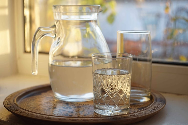 Wasserkrug mit Gläsern (Bild: Mauritius)