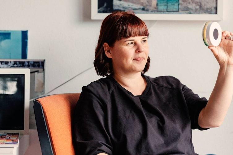 Evi Leuchtgelb, Neu Land Leben, Künstlerin