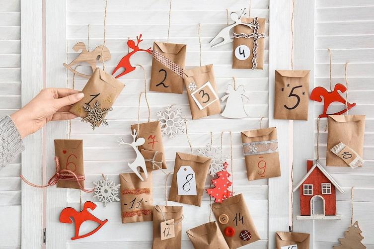 Adventkalender befüllen (Foto: Mauritius Images)