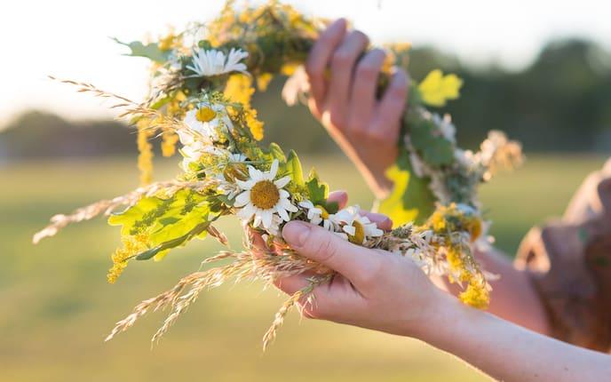 Blumenkranz binden (Foto: AdobeStock)
