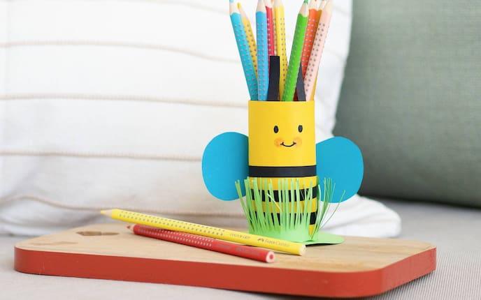 Bienen-Stifthalter aus Klopapierrolle (Bild: Anna Schober)