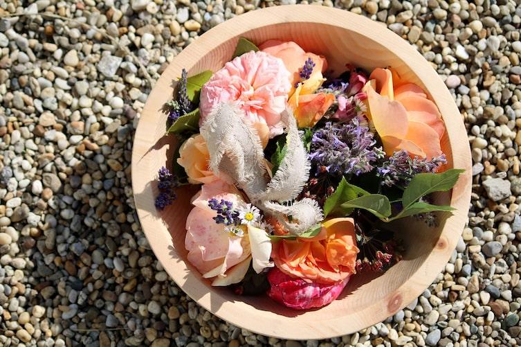 Blumenkranz in Zirbenschüssel (Foto: Luana Baumann-Fonseca)