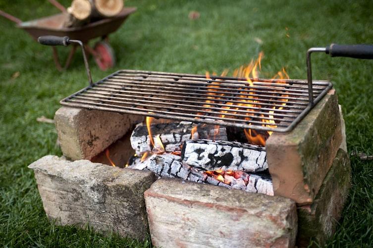 Griller aus Ziegeln selberbauen: Rost abbrennen (Bild: Katharina Gossow)