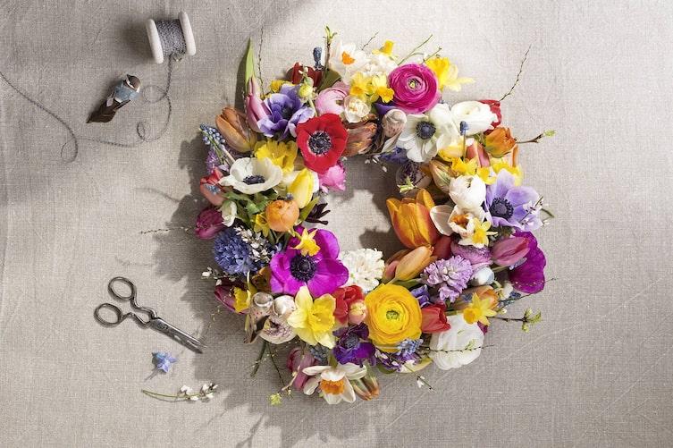Kranz mit Frühlingsblumen (Bild: Konrad Limbeck)