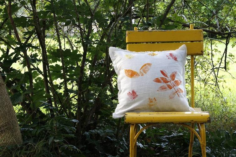 Polsterüberzug mit Blättern bedrucken (Foto: Luana Baumann-Fonseca)