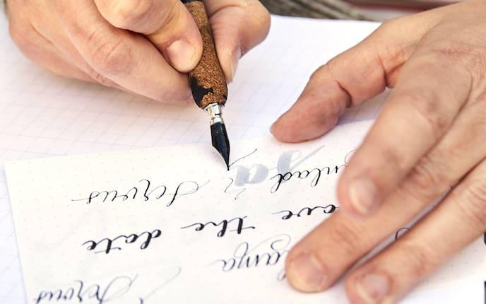 Kalligraphie: Schönschreiben mit Feder (Bild: Petra Kamenar)