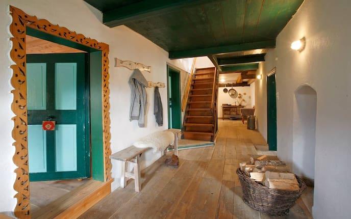 Hausbesuch, Bauernhaus, Tirol, Flur, Holzstiege, Schaffell