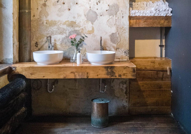 Wieviel Holz verträgt unser Badezimmer   Servus