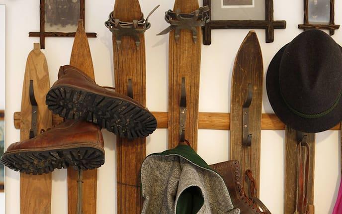 Garderobe aus alten Ski (Foto: Harald Eisenberger)