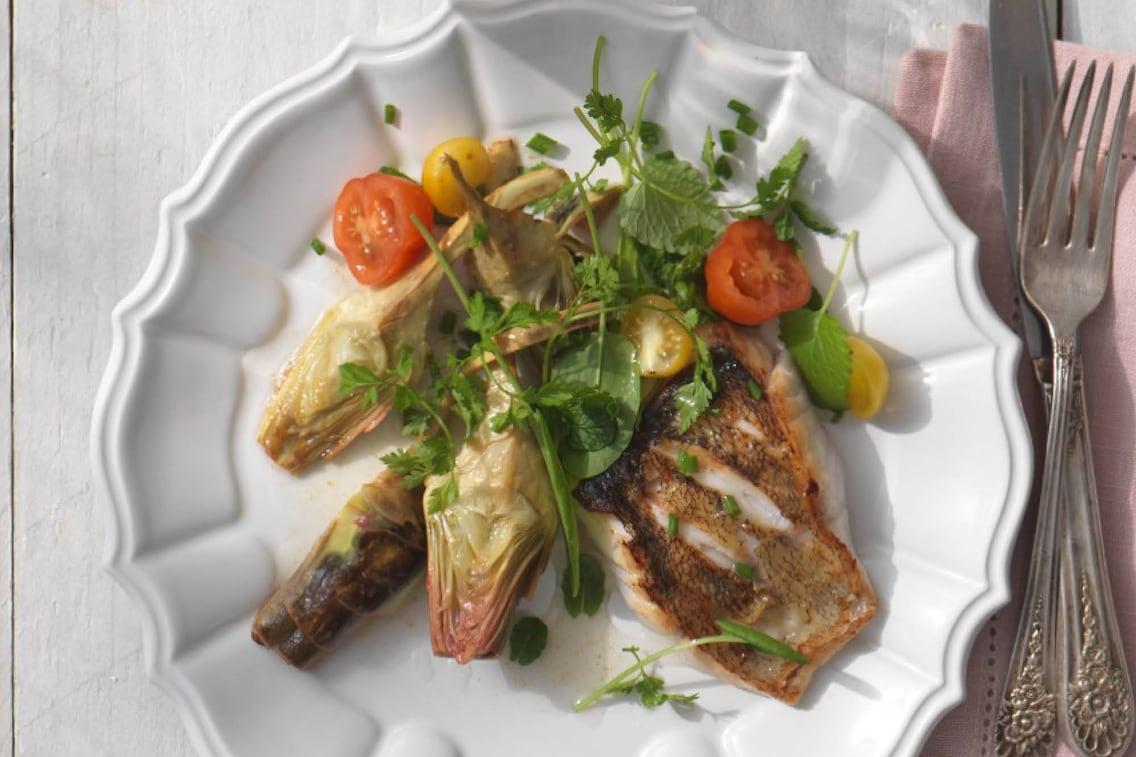 Artischockenherzen, gebratener Fisch, Tomaten, Kräuter, Vorspeise, Servus Rezept