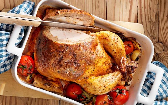 Unter der Haut gefülltes Huhn, gefülltes Huhn, Brathuhn, Grillhuhn, Semmelfülle, Paradeiser, Knoblauch, Kräuter, Bräter, Servus Rezept